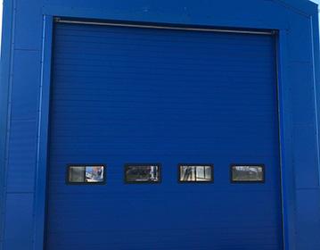 Brama przemysłowa z okienkami